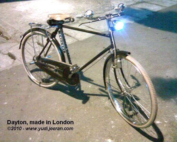 Contoh modifikasi lampu depan yang telah dipasangi lampu LED pada sepeda onthel Dayton