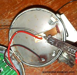 Sambungkan dengan solder kabel positif (+) dari set lampu LED ke terminal lampu dari dynamo biasa tersambung. Lalu solder juga bagian negatif (-) pada kabel ke body batok lampu.