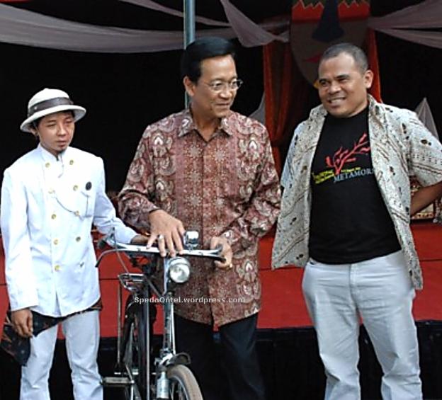 Sultan Hamengkubuono-X dan Garin Nugroho dengan sepeda onthel dalam acara Taman Budaya Yogyakarta, Sabtu 9 Agustus 2008