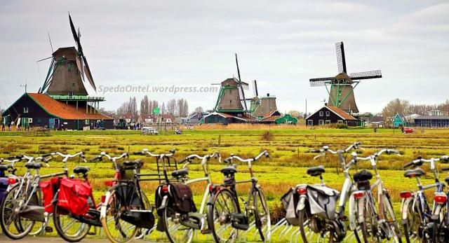 Sepeda onthel dengan latar belakang kincir angin belanda