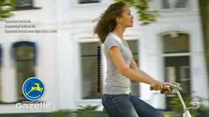 stang yang tinggi membuat punggung wanita tetap tegak lurus saat bersepeda onthel