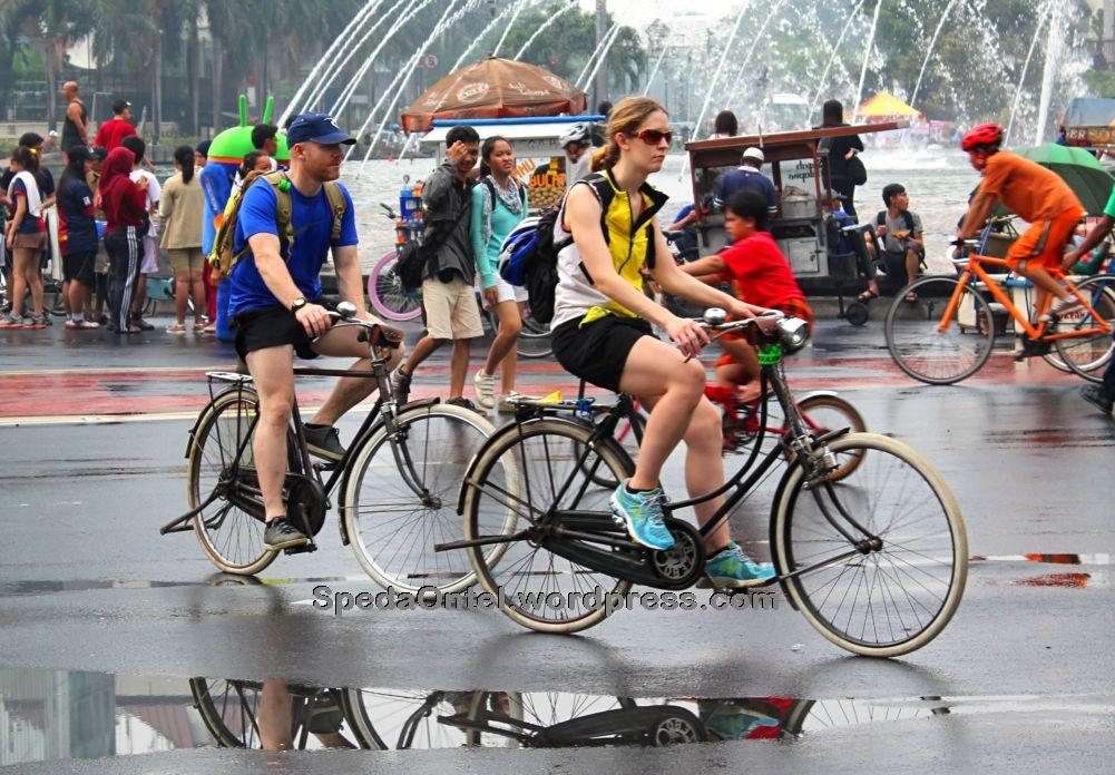 Bule On Car Free Day Jakarta Sepeda Onthel Old