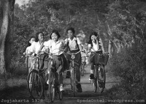 Sepeda-sepeda tua warisan eyang slalu setia mendampingi tunas bangsa ke sekolah.