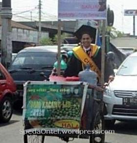 Penjual Es Kampus dengan sepeda onthel lulus_cumlaude small