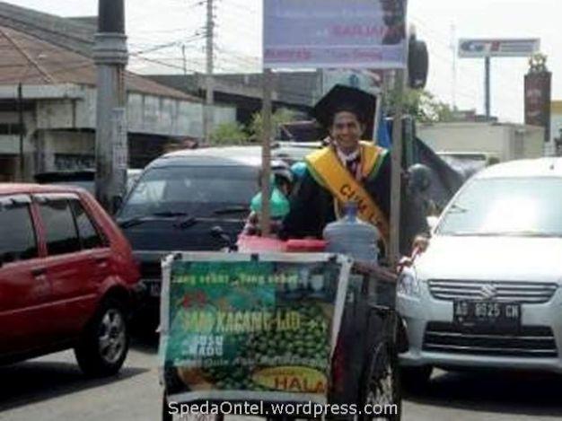 Penjual Es Kampus dengan sepeda onthel lulus_cumlaude