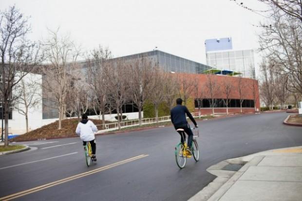 Karyawan Google memakai Sepeda Google yang warna-warni.