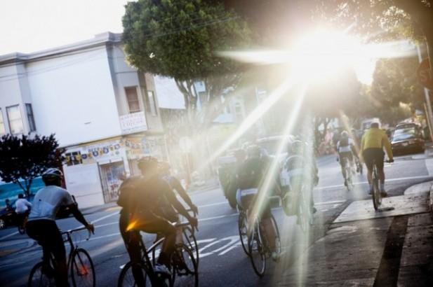 Ratusan hingga ribuan karyawan Google bersepeda pagi hari dengan penuh keceriaan.