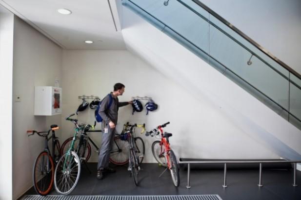 Parkir khusus sepeda Google lengkap dengan gantungan helm.