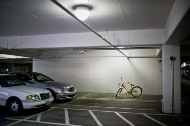 Sepeda salah satu karyawan diparkie di lantai bawah.