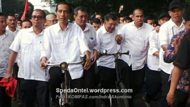 Pasangan bakal calon presiden dan wakil presiden, Joko Widodo dan Jusuf Kalla, Senin (19/5/2014), bersepeda bersama menuju Komisi Pemilihan Umum untuk mendaftarkan diri.