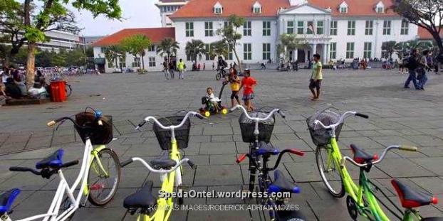 Sepeda tandem disewakan di kawasan Kota Tua, Jakarta Barat, Rabu (12/10/2011). Penyewaan sepeda tua di kawasan ini kian menjamur. Pedagang mengaku, saking banyaknya jasa penyewaan sepeda pendapatan mereka mulai menurun. (KOMPAS IMAGES/RODERICK ADRIAN MOZES)