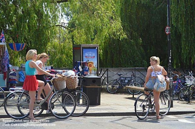 Para Mahasiswi Cambridge dengan sepeda Ontelnya. (Pict: Cakson@kompasiana.com)