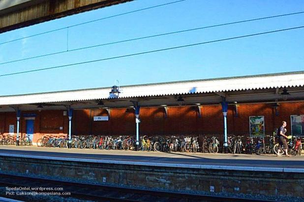 Sepeda Ontel di Salah satu stasiun kereta Api (Pict: Cakson@kompasiana.com)