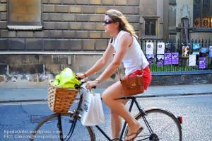 Wanita dan sepeda yang lengkap dengan keranjangnya. (Pict: Cakson@kompasiana.com)
