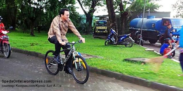ahok_naik_sepeda 1