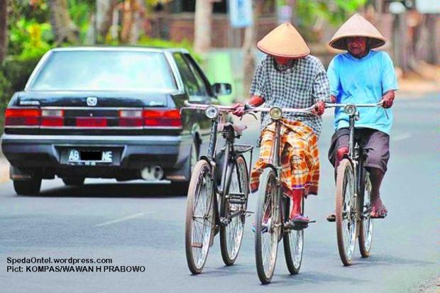 Belantik atau broker sepeda ontel, Miskam (kiri), didampingi rekannya, Patmo, berkeliling mencari warga yang akan menjual sepedanya di Jalan Imogiri, Bantul, DI Yogyakarta, Sabtu (30/8/2010).