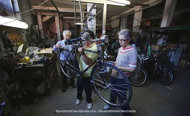 Antonio de Sousa Vela (kiri) memantau salah satu pekerja yang sedang merakit sepeda klasik di Siera Store di Oliveira do Bairro, Portugal, Minggu (11/8). Sepeda klasik bermerek Siera yang didirikan oleh pria berusia 83 tahun tersebut pada 1950.