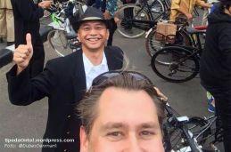 Dubes Denmark selfie dengan Ketua B2W Indonesia Toto Sugiarto, saat event Tweed Run Jakarta 2014 lalu (Foto: @DubesDenmark)