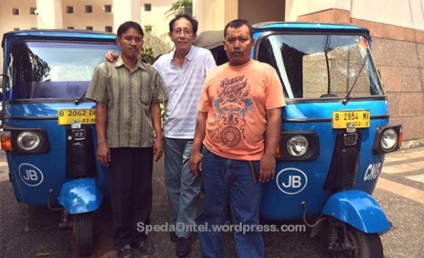 Foto bersama kedua supir bajaj yang mengantarkan Jokowi dan Jusuf Kalla