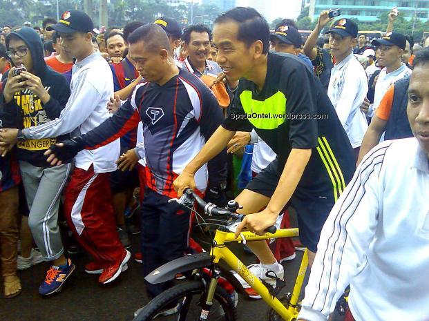 Presiden Jokowi saat mengunjungi komunitas sepeda onthel di Bundarah HI Jakarta ketika CFD 18 Januari 2015 lalu. (foto:SpedaOntel.wordpress.com)