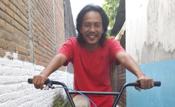 Jamaludin, pemuda penggagas ijolan sampah dan gerakan bersepeda dari Yogyakarta. (Foto : Tommy Apriando)