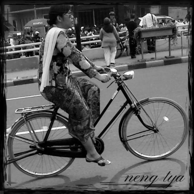 Neng Tya, Onthelista KOSTI (Komunitas Sepeda Tua Indonesia)