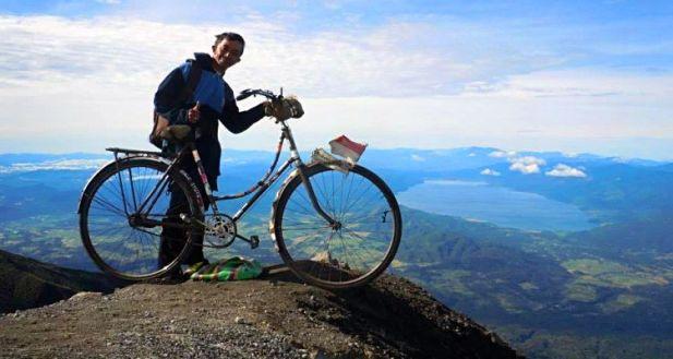 sepeda-onthel-ke-puncak-gunung-01
