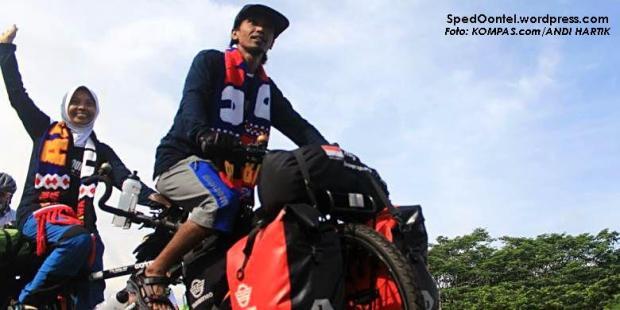 Hakam Mabruri bersama istrinya Rofingatul Islamiah saat memulai petualangannya ke Mesir menggunakan sepeda tandem, Sabtu (17/12/2016) di Stadion Kanjuruhan, Malang. (foto: KOMPAS.com/ANDI HARTIK)